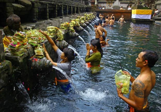 bali-offerings-water-temple